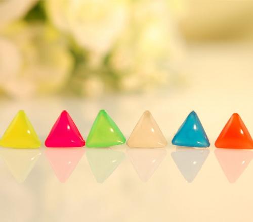 三角形吊着心形蛋糕糖果礼物矢量图
